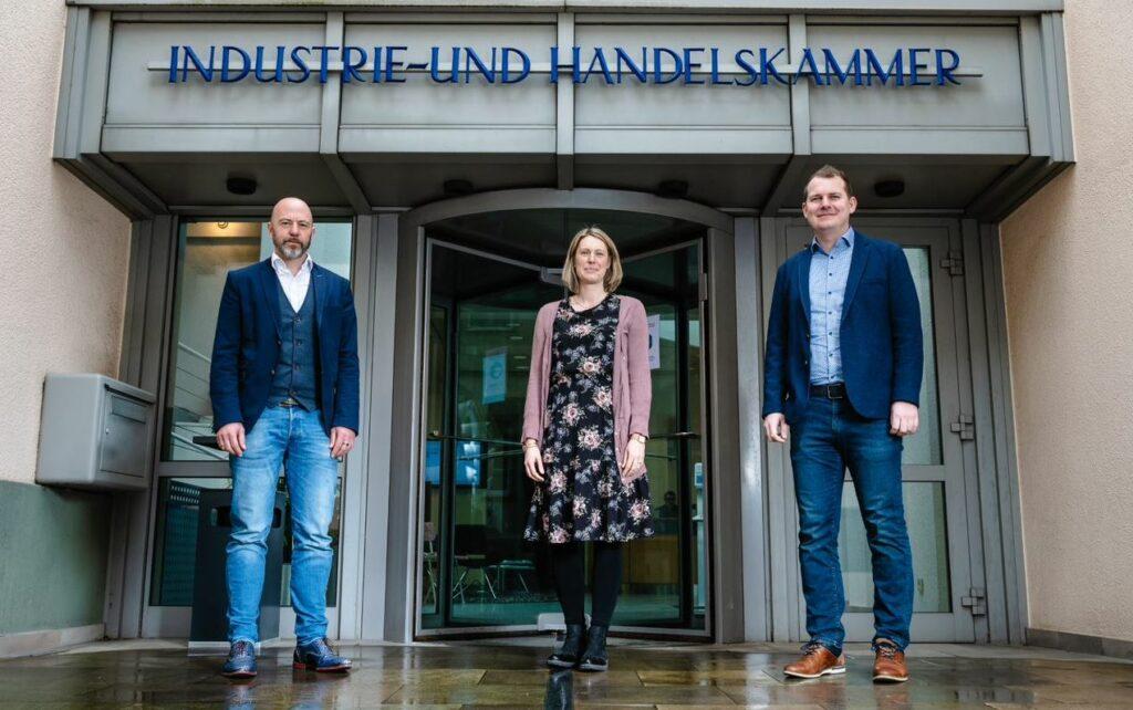 Lisa Plum und Florian Krampe (r.) begleiten Jugendlichen bei den ersten Schritten in die Arbeitswelt, Roman Bohle ist Leiter des IHK-Bildungsinstituts.