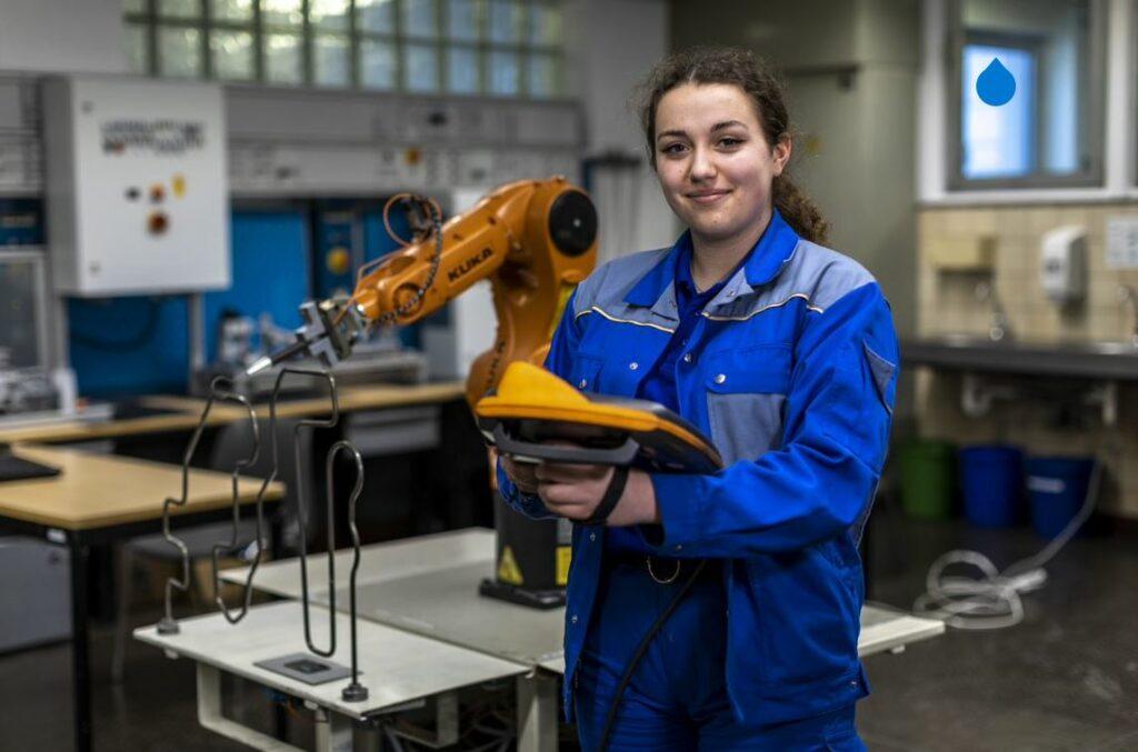 Julia Sikorra,18 Jahre und im ersten Ausbildungsjahr zur Mechatronikerin fühlt sich zwischen den vielen Jungs sehr wohl
