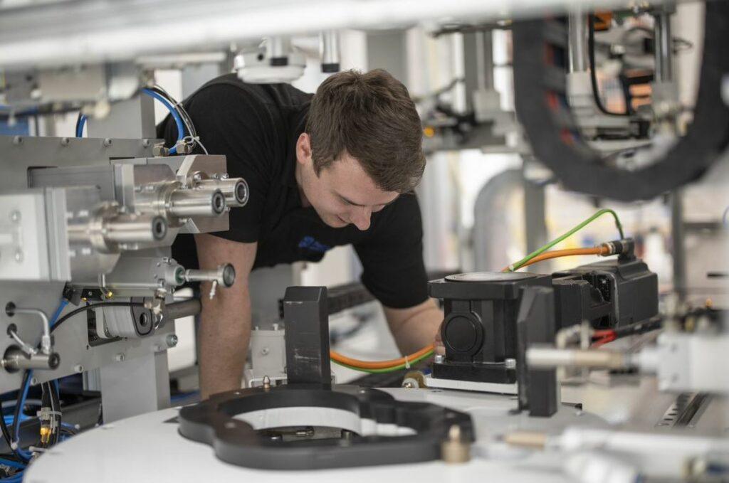 Die komplexen Sondermaschinen werden individuell an die Anforderungen des Kunden angepasst