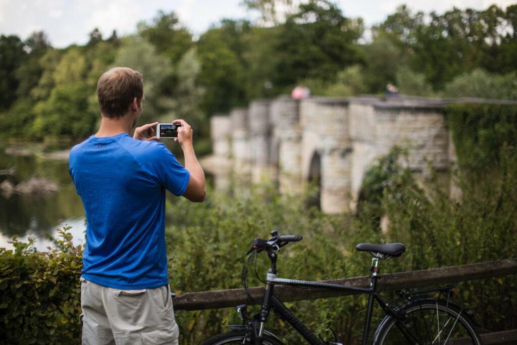 Radfahrer machen Selfies an der Kanzelbruecke des Moehnesees.