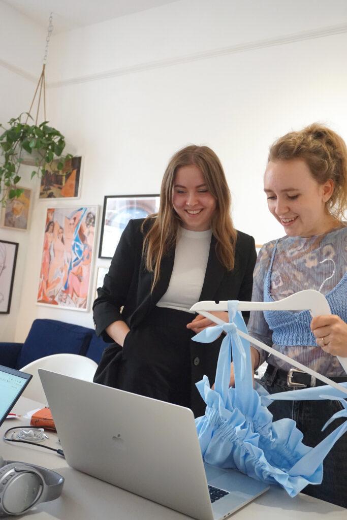 Alessa Risse (links) und Juliana Martejevs begeistern sich für nachhaltige DIY-Mode