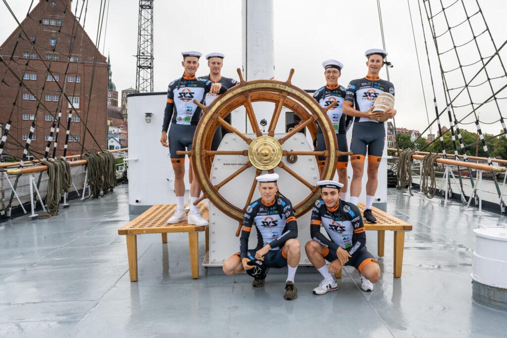 Das Sauerländer Radsport-TEAM SKS SAUERLAND NRW zeigte sich vor dem Start der Deutschland Tour 2021 auf dem Segelschulschiff GorchFock Foto: Marcel Hilger
