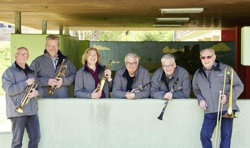 Einige Mitglieder des Erwachsenen-Blas-Orchesters: Werner Eickel, Werner Schulte, Margot Kaiser, Meinard Wiegard, Ernst-Willi Schulte, Herbert Schulte-Eickhoff (v.l.)